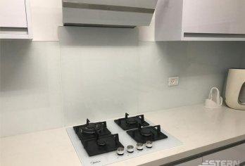 """חיפוי מטבח מזכוכית 8 מ""""מ מחוסמת"""