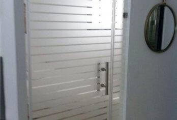דלת זכוכית עם הדפס פסים על כל הדלת
