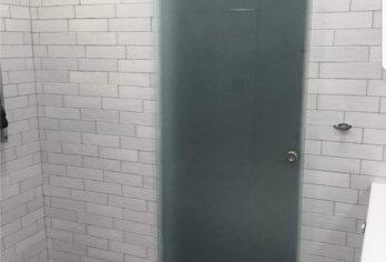 דלת הזזה מזכוכית מט