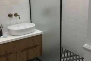 קיר זכוכית עם מסגרת מפרזול שחור