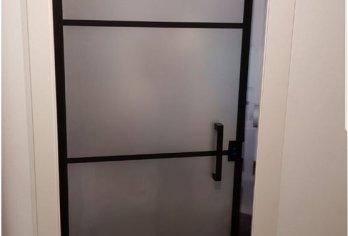 דלת זכוכית מט עם מסגרת שחורה