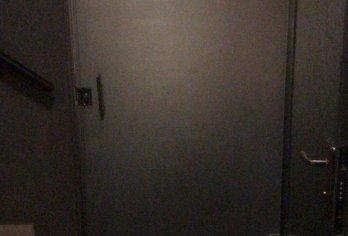 מקלחון עם זכוכית מט-חלבי בכניסה לספא