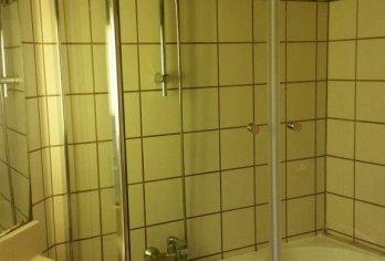 מקלחון מותקן על אמבטיה עם שני דלתות כנף
