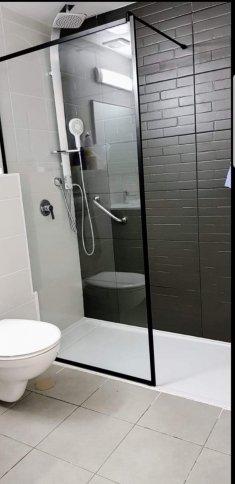 """קיר זכוכית מעוצב לחדר האמבטיה """"אופן ספייס"""" מבית שטרן מקלחונים"""